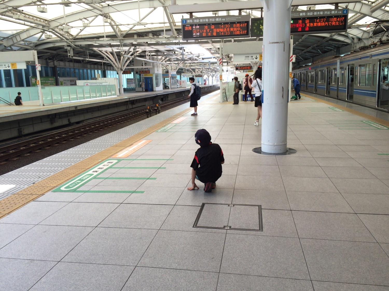 等候地铁的少年