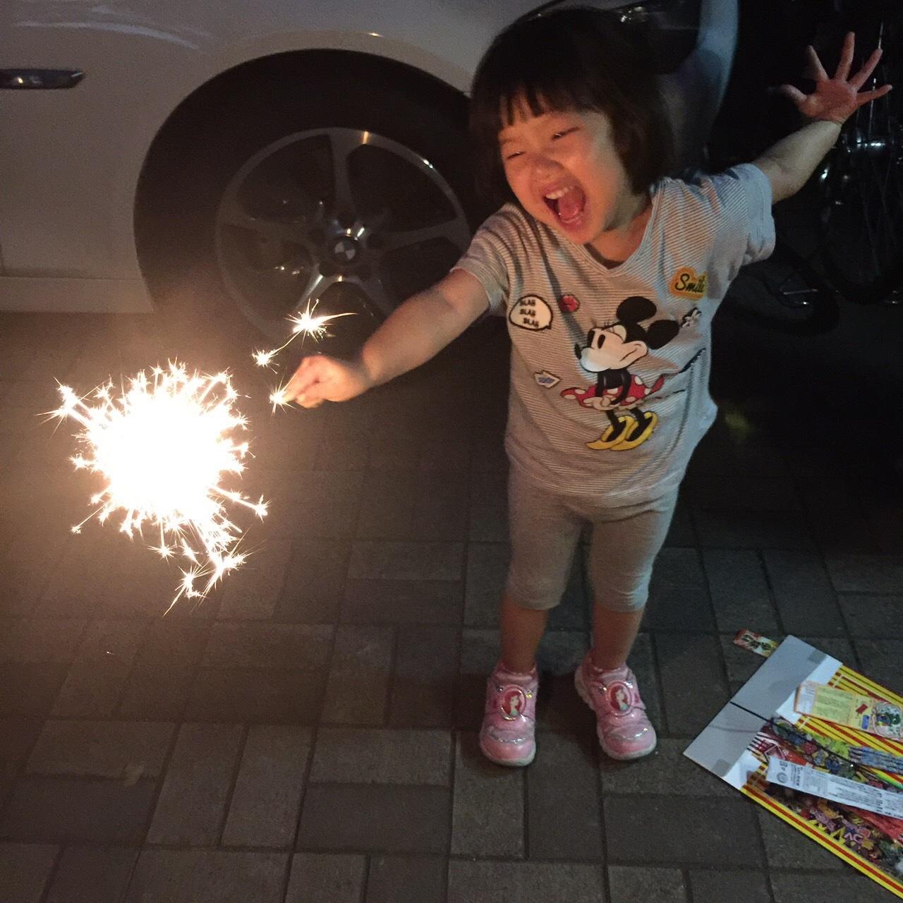 和3歲的孫子首次的煙火