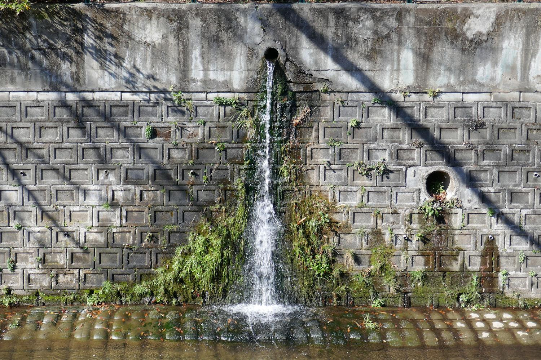 시라코 강의 옹벽 이미지