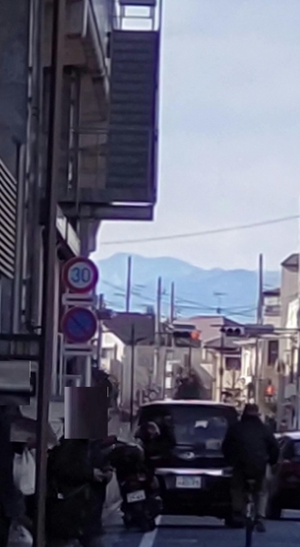 샤쿠지이코엔역에서 보는 오쿠치치부 방면의 산들