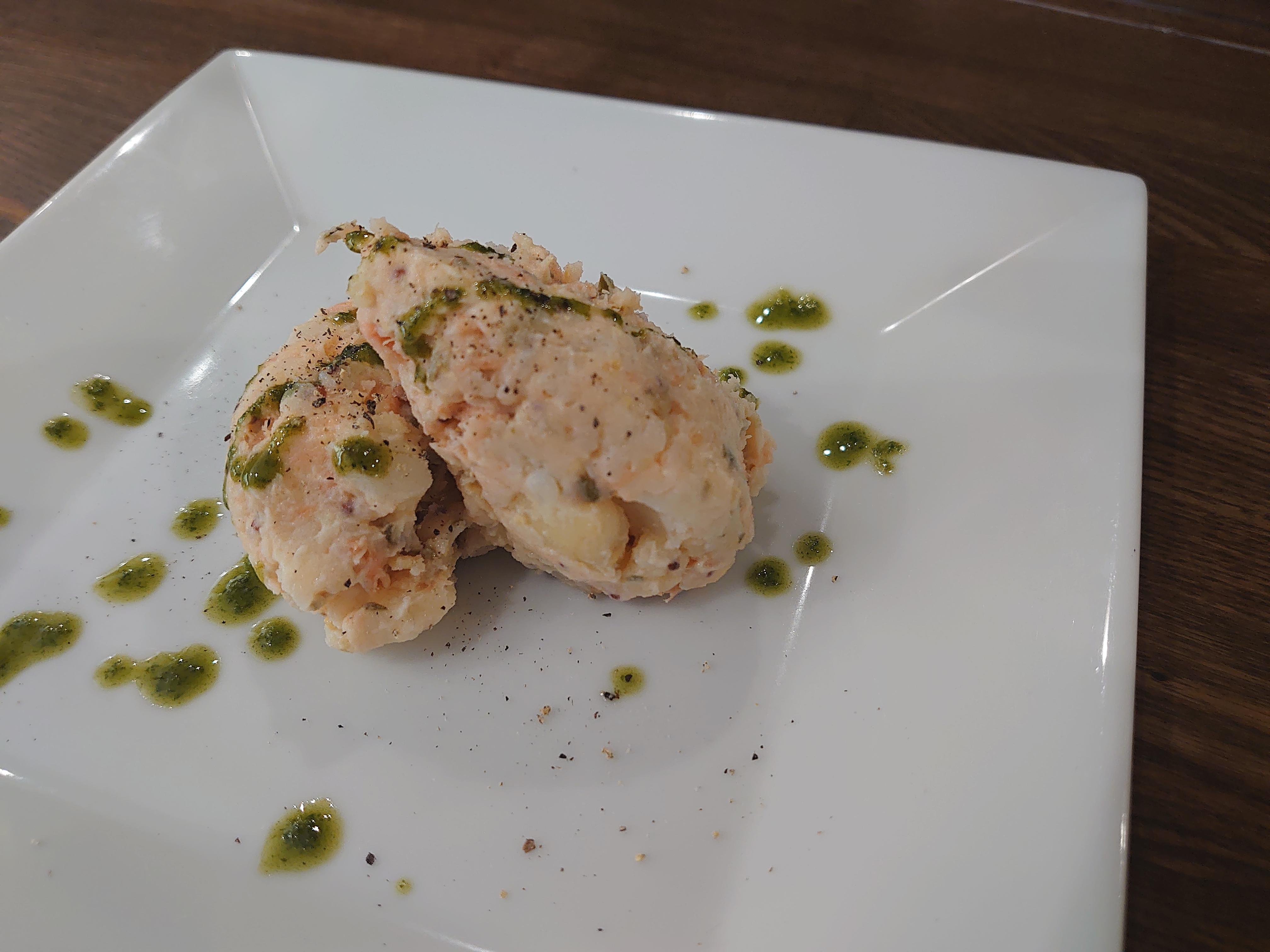 煙三文魚的土豆色拉圖片