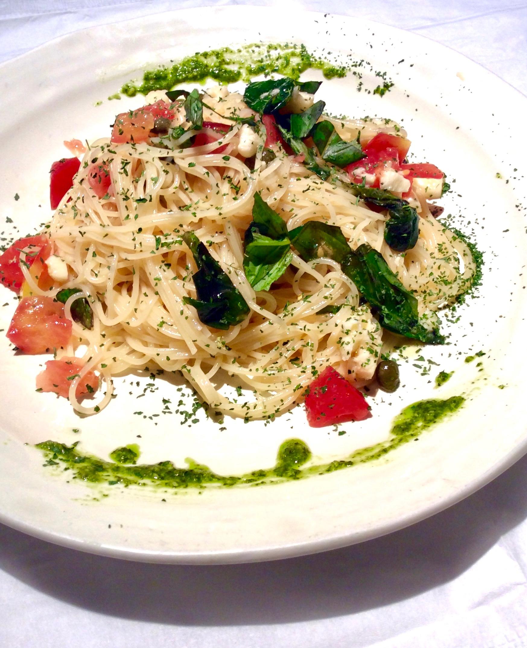 蕃茄,羅勒,意大利白幹酪的意大利面圖片